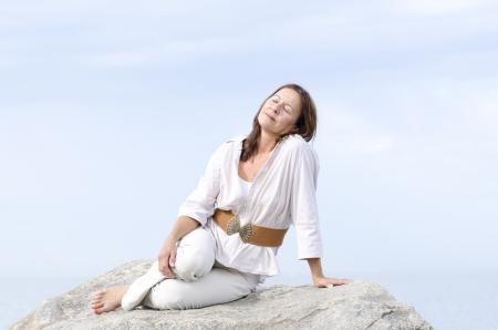 ojos cerrados: Retrato de mujer madura atractiva que se sienta tranquilo y relajado con los ojos cerrados