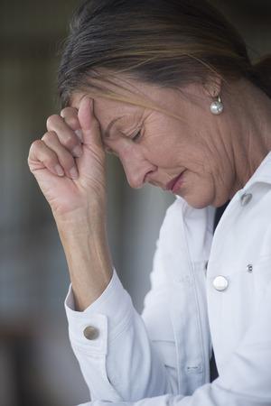 Retrato mujer madura en el estado de ánimo triste, deprimido, pensativo, a solas con los ojos cerrados, devastada y preocupado, fondo borroso. Foto de archivo - 39411896