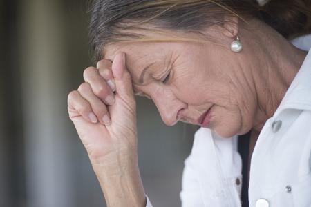 ojos tristes: Retrato mujer madura con triste deprimido, expresión, reflexivo, solo con los ojos cerrados, devastada y preocupado, fondo borroso, copia espacio.
