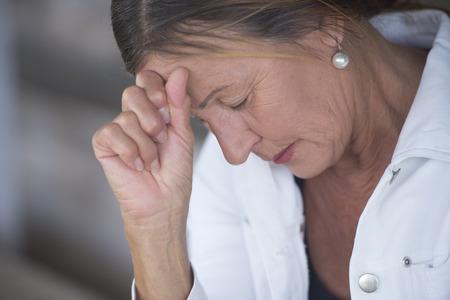 Retrato mujer madura en el estado de ánimo triste, deprimido, pensativo, a solas con los ojos cerrados, devastada y preocupado, fondo borroso, copia espacio. Foto de archivo - 39411901