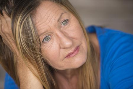 belle brune: Portrait s�duisante femme m�re avec triste, seul, d�prim� et a soulign� l'expression du visage, inquiet, arri�re-plan flou.