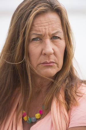 persona enojada: Retrato atractiva mujer madura mirando enojado, estresado, triste, preocupado o deprimido Foto de archivo