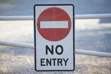 area restringida: No hay se�ales de entrada en la puerta a la zona restringida de la propiedad en el fondo borroso