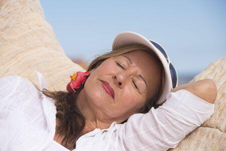 ojos cerrados: Retrato de una hermosa mujer madura relajada con los ojos cerrados, so�ando feliz o dormir al aire libre, con copia espacio. Foto de archivo