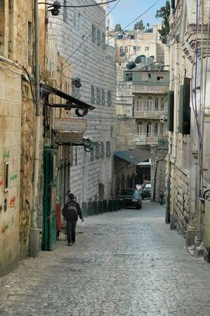 A solitary Palestinian boy walks in an alley in the old city of Jerusalem Foto de archivo