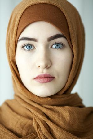 robo: estudio de retrato de una mujer joven de la cara oriental del tocado tradicional musulmana