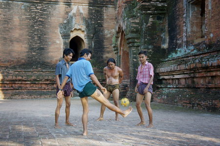Myanmar, Pagan - 06.11.2011: Locals play with kicking ball chinlon in the popular game sepak takraw 新聞圖片