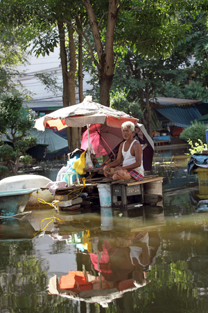 Editorial Photo man who lives in the flooded area in Bangkok during the floods 에디토리얼