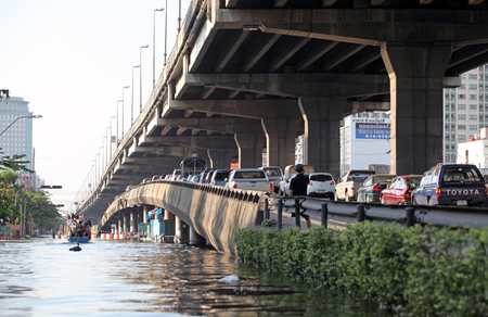 Car overpass blocked by flooding, Traffic jam on on the bridge 에디토리얼