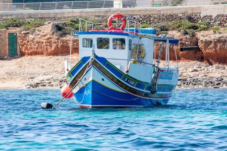 Cirkewwa, Malta - 8 de mayo de 2017: Barco del colorfull de Maltase. Foto de archivo - 80136177