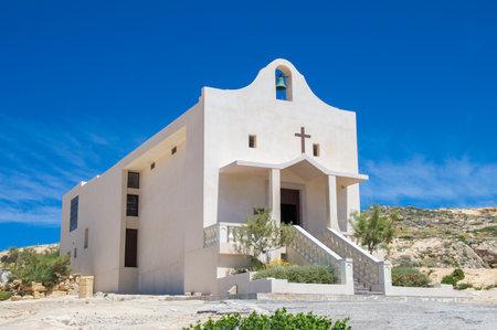 poblíž: San Lawrenz, Malta - 8. května 2017: Kaple sv. Anny na ostrově Gozo poblíž Azure Window.