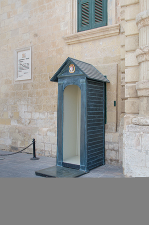La Valette, Malte - 9 mai 2017: une cabine de garde à l'entrée du palais de l'armurerie. Banque d'images - 80136208