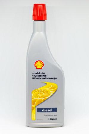 Pruszcz Gdanski, Polonia - 14 de noviembre de 2018: Aditivos Shell limpieza del sistema de combustible. Lata de 500 ml de Aditivos Diesel sobre fondo blanco.