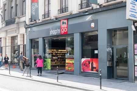 Brussels, Belgium - June 6, 2019: Delhaize shopn go,  part of Delhaize Group, an international food retailer. 新聞圖片