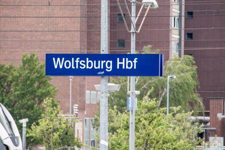 Wolfsburg Hbf sign at Wolfsburg Hauptbahnhof train station. 版權商用圖片 - 130805658