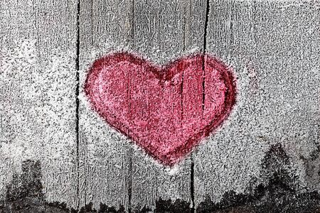 Signo de coraz�n rojo en madera congelada.