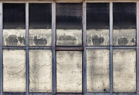 Antiguo ventanas rotas en una f�brica abandonada parcialmente demolido.