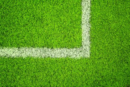 Soleado verde hierba artificial con la l�nea de fondo blanco esquina. Foto de archivo