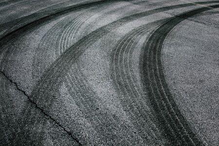 타이어 트랙의 교차 추상 아스팔트 도로 배경입니다.