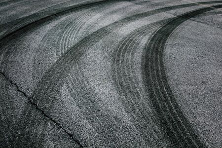 huellas de llantas: Fondo abstracto carretera de asfalto con cruce de neumáticos pistas.