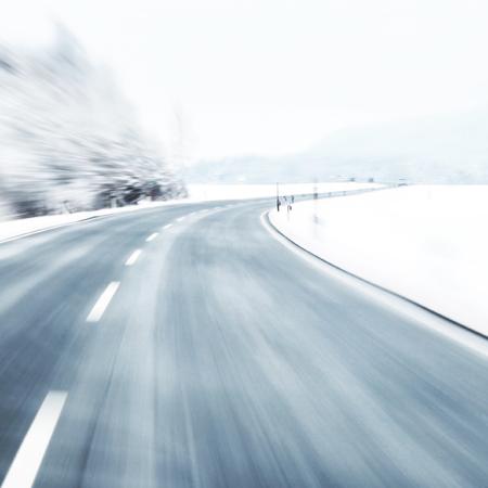 route: Brouill� virage dangereux et rapide � la route de la neige glac�e. Motion blur visualizies la vitesse et de la dynamique. Banque d'images