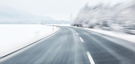 흐린 위험과 빠른 얼음 도로에서 차례. 모션 블러는 스피드와 다이내믹을 시각화합니다.