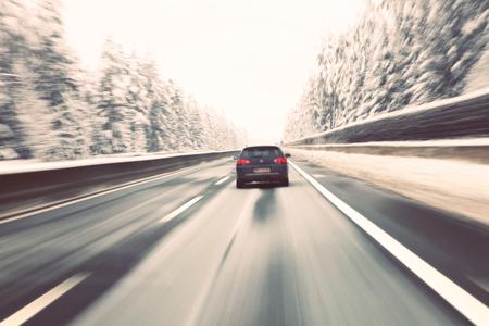 차가운 겨울 고속도로에서 운전 빈티지 흐린 검은 차 고속. 모션 블러는 속도와 역 동성을 visualizies.