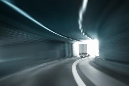velocidad: Túnel peligroso alta velocidad desenfoque de movimiento de conducción de camiones. Filtro de color azul utilizado. El desenfoque de movimiento visualizies la velocidad y la dinámica.