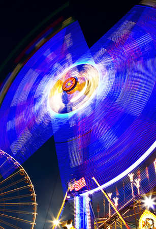 ferriswheel: Parco di divertimenti veloce ruota di notte con grandi luci e ferris wheel in background