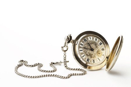 reloj antiguo: antiguo reloj de bolsillo sobre fondo blanco