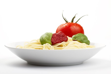 spaghetti in een plaat met tomaat, basilikum en saus  Stockfoto