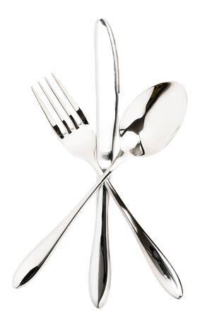 cuchara y tenedor: tenedor, cuchara y un cuchillo cruzaron sobre fondo blanco