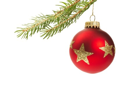 estrellas de navidad: bola de Navidad Roja colgando de una rama aislada sobre fondo blanco