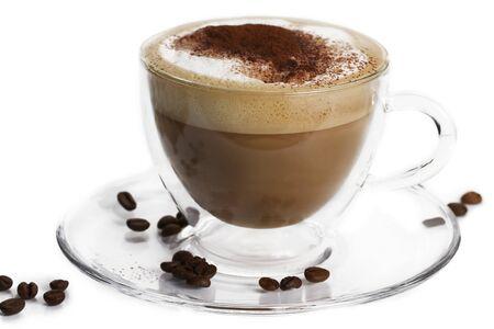 capuchino: capuchino con cacao en polvo y granos de caf� en una taza de vidrio sobre fondo blanco