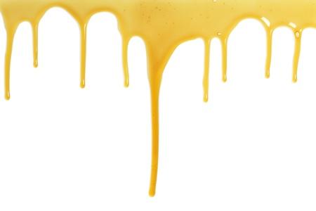 miel de abeja: miel dulce y pegajosa fluye sobre un fondo blanco
