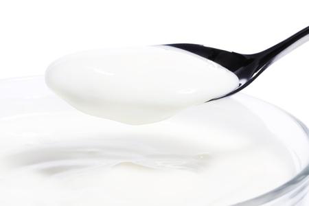 yogurt: yogur en una cuchara con un postre de yogurt sobre fondo blanco
