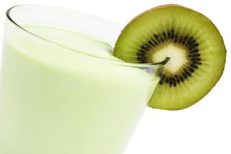 kiwi fruta: Kiwi batido con una cuchilla de Kiwi sobre fondo blanco Foto de archivo