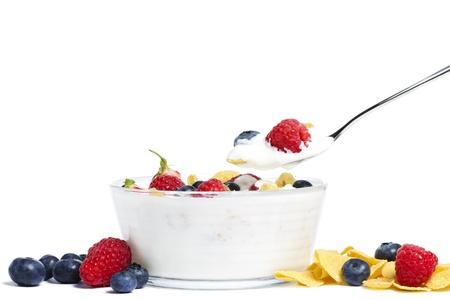 Joghurt mit Heidelbeeren, Erdbeeren, Himbeeren und Cornflakes auf weißem Hintergrund Standard-Bild - 10418003