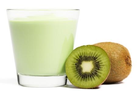 kiwi fruta: Batido con un kiwi y una mitad Kiwi aparte sobre fondo blanco