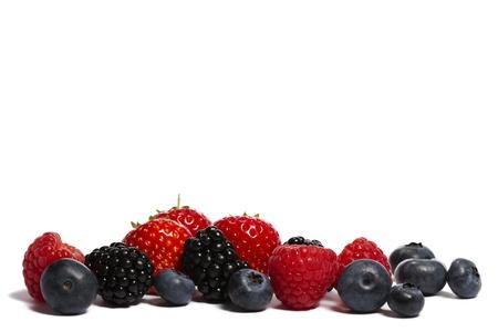 Heidelbeeren, Erdbeeren, Brombeeren und Himbeeren auf weißem Hintergrund Standard-Bild - 10417965