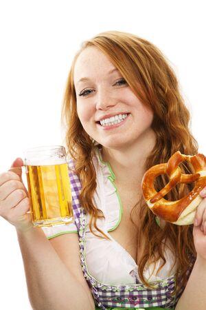 feliz chica vestida de Baviera con cerveza y pretzels en el fondo blanco photo