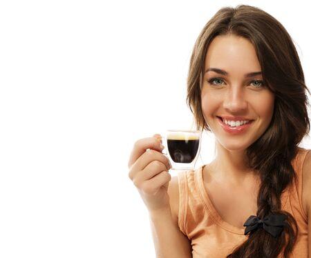 mujer tomando cafe: hermosa mujer feliz con una taza de café expreso en el fondo blanco Foto de archivo