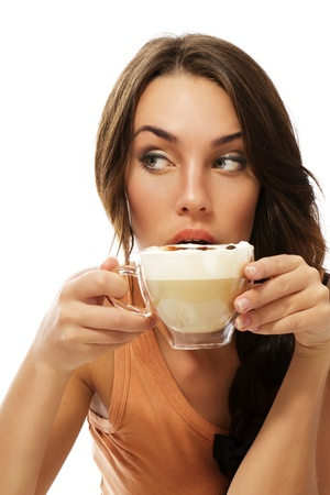 mujer tomando cafe: beber café capuchino y bella mujer mirando a lado sobre fondo blanco