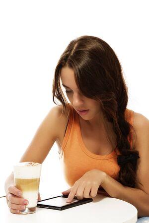 Schöne Frau mit Latte Macchiato Lesen ebook auf weißem Hintergrund Standard-Bild - 12886258