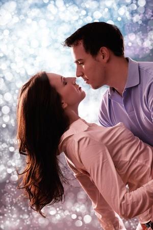 couple dancing: pareja de licitaci�n rom�ntica frente a la luz hermosa Foto de archivo