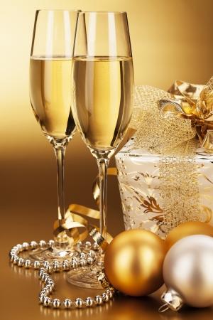 Zwei Gläser Champagner mit Weihnachtskugeln und ein Weihnachtsgeschenk Standard-Bild - 15220578