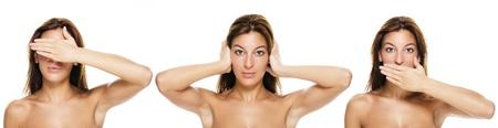 mooie brunette vrouw die niet gezien, nee hoor, nee te zeggen - kwaad gebaren op witte achtergrond