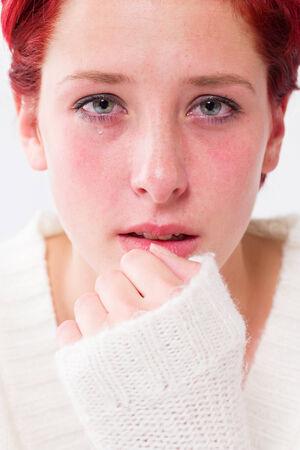 mujer llorando: llorando tristemente deprimida mujer pelirroja joven con lágrimas en los ojos