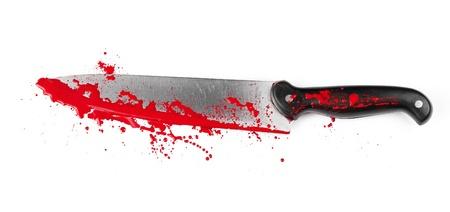 sangre derramada: Un cuchillo cubierto de sangre aislado en blanco.