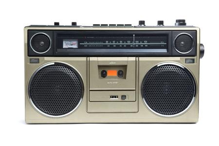 Une radio en bronze de style boombox des années 1970 est isolé sur fond blanc.